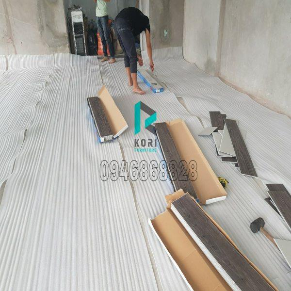 Thi công sàn nhựa giả gỗ hèm khóa